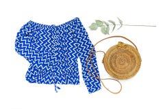 Blauer Overall der stilvollen modischen weiblichen Sommerkleidungs Kleider, runder Rattantaschen-Zweigeukalyptus auf modischem Hi lizenzfreie stockfotos