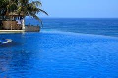 Blauer Ozean mit Swimmingpool des Luxushotels Stockbilder