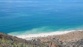 Blauer Ozean-Strand und Straße von der Bergkuppe Malibu Kalifornien stock footage