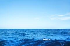 Blauer Ozeanhintergrund mit Horizont auf dem tiefen blauen Meer Stockbilder