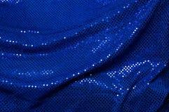 Blauer paillettenbesetzter drapierter Gewebehintergrund Lizenzfreie Stockfotografie