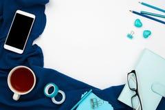 Blauer Planer, Smartphone mit Kopfhörer und schwarzem copyspace Schirm, Bleistifte und Tasse Tee Lizenzfreie Stockbilder