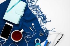 Blauer Planer, Smartphone mit Kopfhörer und schwarzer copyspace Schirm Stockfoto