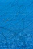 Blauer Plastikbeschaffenheitsspielplatz mit Spuren auf ihm Lizenzfreies Stockfoto