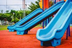 Blauer Plastikspielplatzschieber lizenzfreie stockbilder