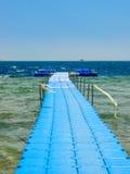 Blauer Ponton auf Meer Stockbilder