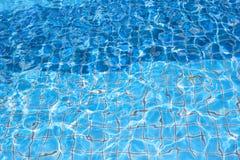 Blauer Poolwasser-Beschaffenheitshintergrund Stockfotos