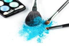 Blauer Pulver-Lidschatten auf einer Bürste mit bilden Palette stockfoto