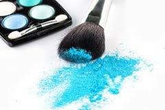 Blauer Pulver-Lidschatten auf einer Bürste mit bilden Palette Lizenzfreie Stockfotos