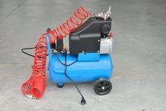 Blauer Pumpenkompressor für waschende Autos, Innen Abwaschflüssigkeit und -schwämme Stockbild