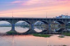 Blauer purpurroter Morgenhimmel über Brücke in Madurai Stockbild