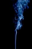 Blauer Rauch auf schwarzem Hintergrund Stockfoto