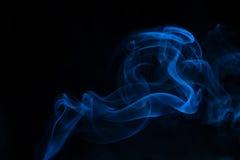 Blauer Rauch auf schwarzem Hintergrund Stockfotos