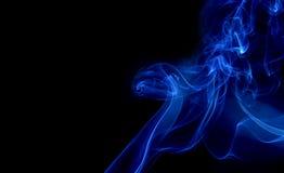 Blauer Rauch auf schwarzem Hintergrund Stockbilder
