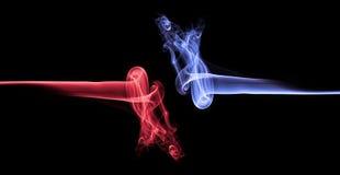 Blauer Rauch gegen rote Rauchzusammenfassung Stockfoto
