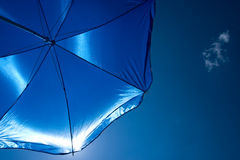 Blauer Regenschirm Lizenzfreie Stockfotografie