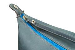 Blauer Reißverschluss geschlossen auf einer Tasche Stockfotografie
