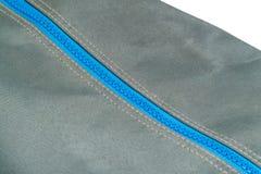 Blauer Reißverschluss geschlossen auf einer Tasche Lizenzfreies Stockfoto