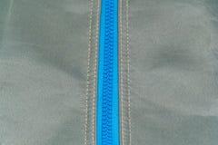 Blauer Reißverschluss geschlossen auf einer Tasche Stockbild