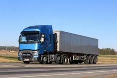 Blauer Renault Trucks T auf der Straße Lizenzfreie Stockfotos