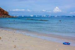 Blauer Rettungsring auf dem Strand mit Meer und Himmel lizenzfreie stockfotografie