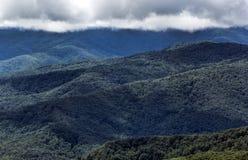 Blauer Ridge Mountains und gefiederte Wolken an Schlagfelsen Lizenzfreies Stockfoto