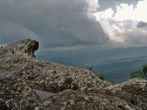 Blauer Ridge Mountains von Schlagfelsen stockfoto