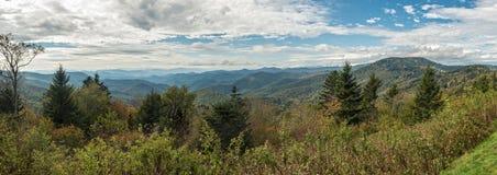 Blauer Ridge Parkway - Caney-Gabel übersehen panoramisches stockbild