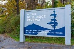 Blauer Ridge Parkway Entrance Sign lizenzfreie stockfotos