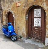 Blauer Roller über alter Wand Stockfotos
