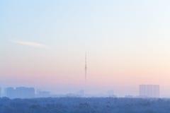 Blauer rosa Himmel über Stadt und Fernsehen ragen in Sonnenaufgang hoch Lizenzfreie Stockfotografie