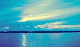 Blauer ruhiger Flussstrom mit Motorschiff Stockfotografie