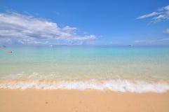 Blauer ruhiger See mit weißem Sand Stockfoto