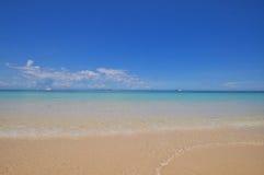 Blauer ruhiger See mit weißem Sand Lizenzfreie Stockfotografie