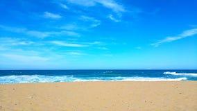 Blauer sandiger Strand mit klarem Himmel lizenzfreies stockfoto