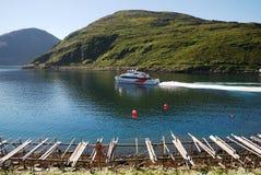 Blauer Schacht mit Schnellboot und hölzernen rackes. Lizenzfreie Stockfotografie