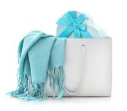 Blauer Schal in der Einkaufstasche mit Geschenkbox Stockfotografie