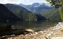 Blauer See in den Bergen lizenzfreies stockbild