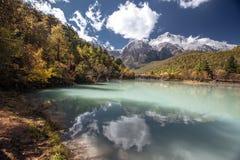 Blauer See in den Himalajatibet-Bergen mit Bäumen und im blauen Himmel in China am Herbst lizenzfreies stockbild