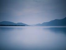 Blauer See an der Dämmerung Lizenzfreie Stockfotografie
