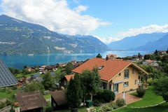 Blauer See in der Schweiz lizenzfreie stockfotos