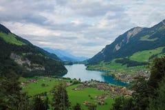 Blauer See in einem Tal in der Schweiz lizenzfreies stockbild