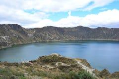 Blauer See im Krater von Quilotoa-Vulkan, Ecuador lizenzfreies stockfoto