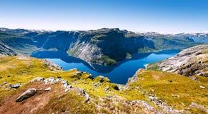 Blauer See in Norwegen nahe Trolltunga Lizenzfreies Stockbild