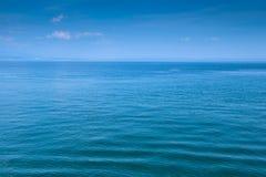 Blauer See- und Himmelhintergrund Lizenzfreie Stockfotos