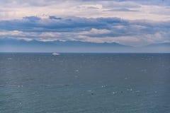 Blauer See- und Wolkenhimmelhorizont lizenzfreie stockbilder