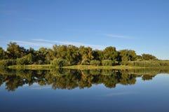 Blauer See unter dem Himmel Lizenzfreies Stockbild