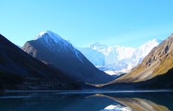 Blauer See unter den Bergen der Altai-Berge stockfotos