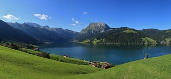 Blauer See Waegitalersee und Berge Stockbilder