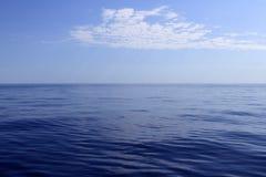 Blauer Seehorizontozean vollkommen in der Ruhe Stockfotografie